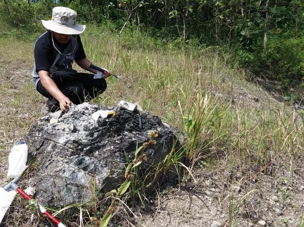 Foto Batuan di SangiranFoto Peneliti Sedang Mengamati dan Mengambil Sampel Batuan di Sangiran